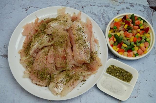 Посыпаем рыбу итальянскими травами и солью