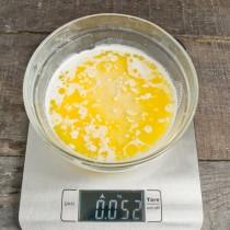Добавляем в миску яйцо и растопленное масло