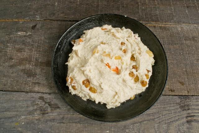 Тесто обминаем, выкладываем на сковороду, смазанную маслом, и оставляем в тепле на 15-20 минут