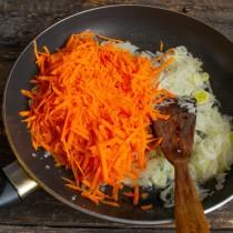 Добавляем морковку, солим и тушим 20 минут. В конце вливаем яблочный уксус, добавляем сахарный песок