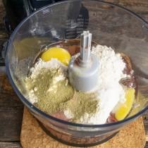 Добавляем муку, соль и сушеную петрушку или сельдерей