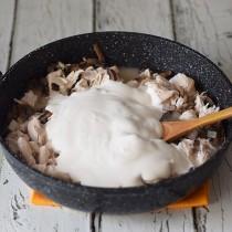Заливаем в сковороду смесь воды с мукой, добавляем сметану, соль, перец и перемешиваем