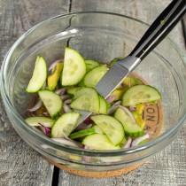 Отправляем нарезанный огурец в салат