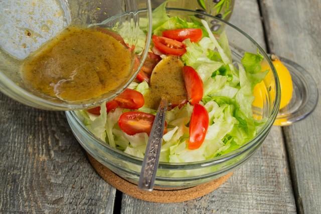 Выливаем заправку в салатницу и перемешиваем овощи