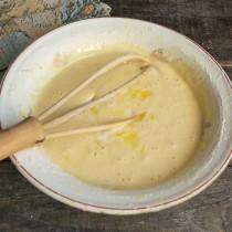 Перемешиваем ингредиенты теста и вливаем растопленное сливочное масло. Тесто готово