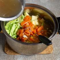 Наливаем бульон и добавляем варёную морковку. Доводим щи до кипения