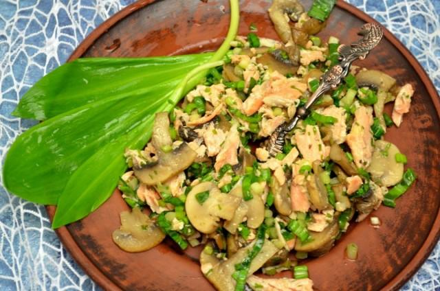Салат с черемшой, лососем и шампиньонами готов. Приятного аппетита!