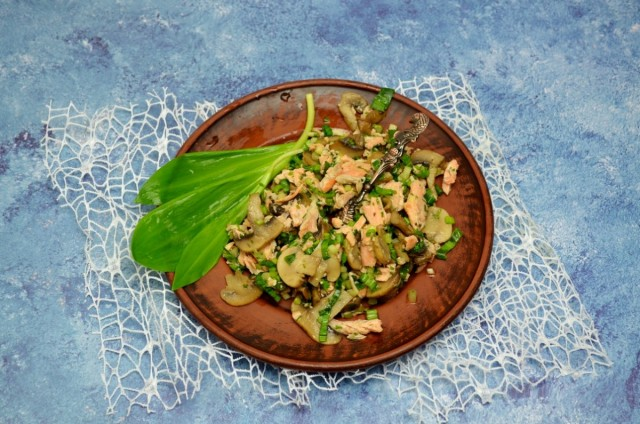Весенний салат с черемшой, лососем и шампиньонами