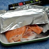 Складываем рыбу «гармошкой» и кладём в керамическую форму, накрываем фольгой