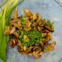 Выкладываем грибы в салатник и посыпаем укропом