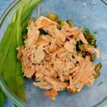 Разбираем запеченный хребет лосося и выкладываем мякоть в салатник