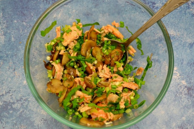 Аккуратно перемешиваем ингредиенты салата и даём промариноваться