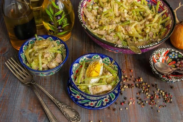 Украшаем салат «Узбекистан»ломтиками варёного яйца. Готово!