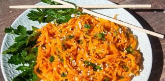 Перед подачей на стол посыпаем салат кунжутными зернами