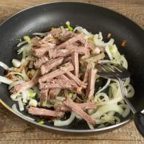 Нарезаем варёную говядину, добавляем к луку и перемешиваем