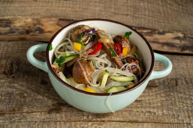 Перемешиваем ингредиенты. Тёплый салат с фунчозой, говядиной и грибами готов!