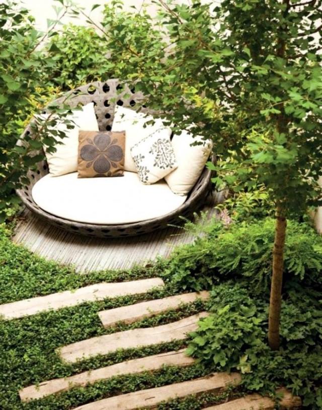 Укромный тихий уголок в саду