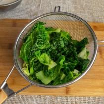 В кипящую воду бросаем савойскую капусту, бланшируем 2-3 минуты и откидываем на сито