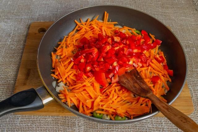 В сковороду, смазанную оливковым маслом, кладём измельченные овощи и тушим на умеренном огне
