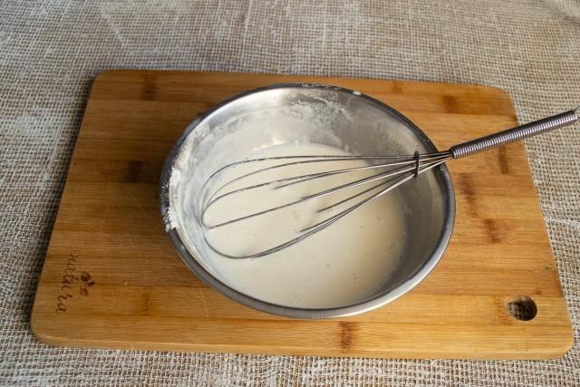 Насыпаем в миску муку, добавляем соль, наливаем соевое молоко. Смешиваем ингредиенты венчиком