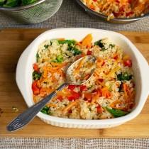 На капустные листья кладём половину смеси из овощей и риса