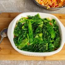 Кладём оставшуюся капусту, прижимаем ингредиенты рукой или ложкой