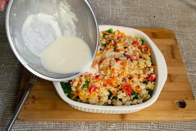 Выкладываем оставшиеся овощи с рисом, равномерно распределяем и выливаем соевое тесто