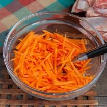 Нарезаем морковь тонкой соломкой