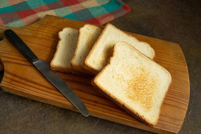 Подрумяниваем в тостере белый хлеб
