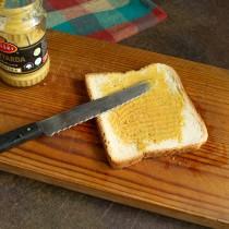 Ломтик поджаренного хлеба смазываем горчицей