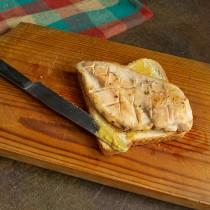 Кладём на хлеб тёплое куриное филе