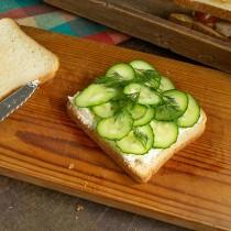 На сыр кладём нарезанные огурцы и укроп