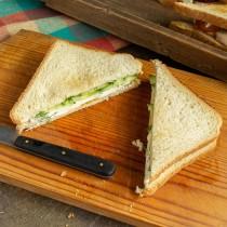 Накрываем сэндвич вторым тостом, смазанным сыром, и разрезаем