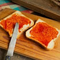 Для сэндвича с мясом и капустой смазываем поджаренные тосты кетчупом