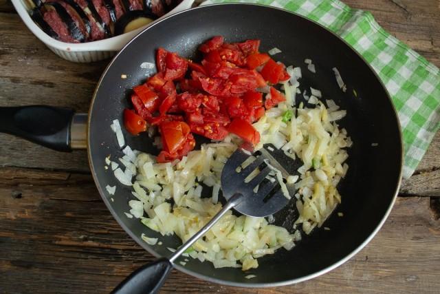 Добавляем лук и помидоры. Готовим примерно 10 минут, затем солим, перчим и измельчаем блендером
