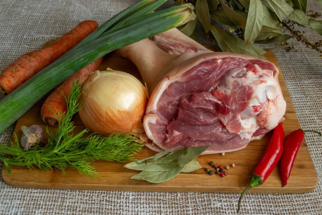 Подготавливаем свиную рульку и приправу для бульона