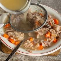 Заливаем горячий бульон с желатином в тарелку