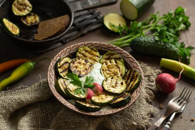 Кабачки-гриль со сметанно-овощным соусом