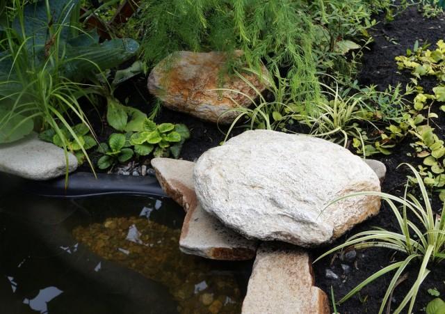 Для устойчивости декоративные камни устанавливают на плоский плитняк