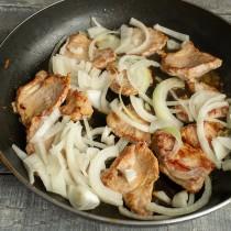 Добавляем в сковородку чеснок, а через полминуты высыпаем нарезанный лук