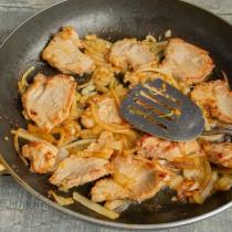 Жарим мясо с луком и чесноком на умеренном огне несколько минут