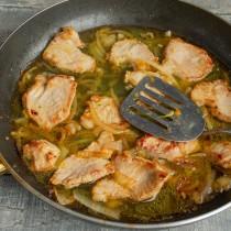 Вливаем в сковороду горячий куриный бульон