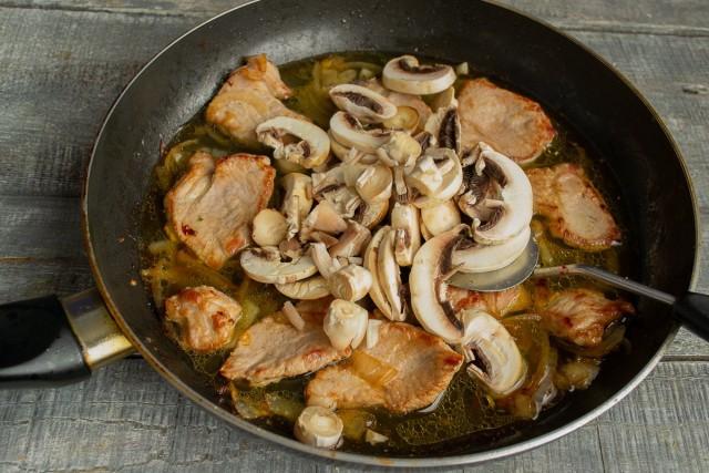 Нарезаем грибы тонкими ломтиками и добавляем к остальным ингредиентам