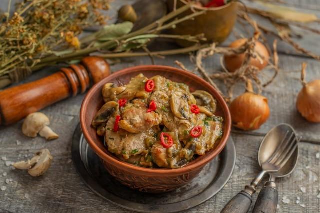 Подаём мясо с грибами горячим. В качестве гарнира подойдет рис или картофельное пюре