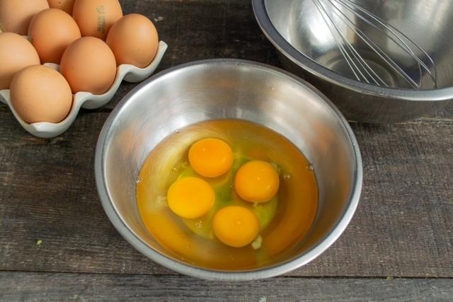 Разбиваем в миску яйца и отделяем желток от белка