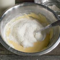 Просеиваем муку в миску с жидкими ингредиентами, смешиваем. Повторяем процесс