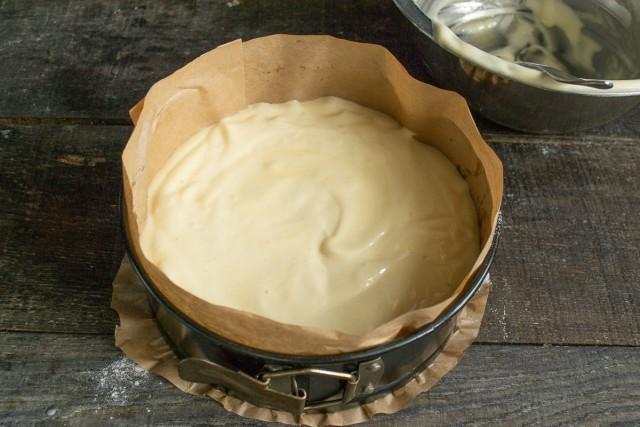 Выкладываем бисквитное тесто в форму и разравниваем