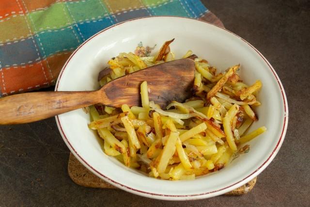 Жарим картошку, добавляем лук и солим по вкусу