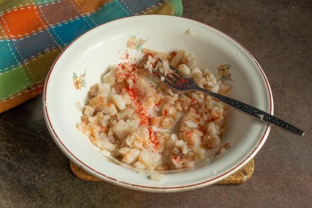 Приготовленное филе минтая солим, посыпаем паприкой