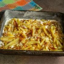 На тесто выкладываем жареную картошку и лук